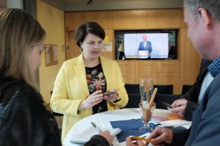 MdB Katrin Staffler ist gut drauf und spricht mit der Presse.