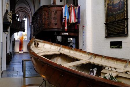 Was macht ein zerstörtes Rettungsboot in der Kirche St. Jakobi in Lübeck?