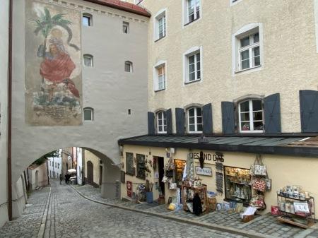 Der Müll wurde in Passau auf die Straße geworfen.