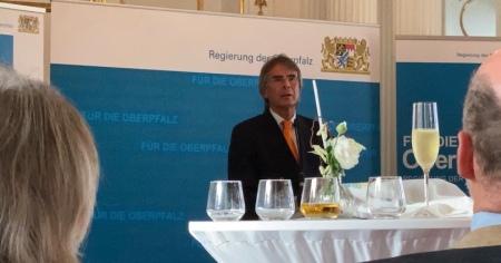 Rief auf zur Gedenkminute: Regierungspräsident Axel Bartelt