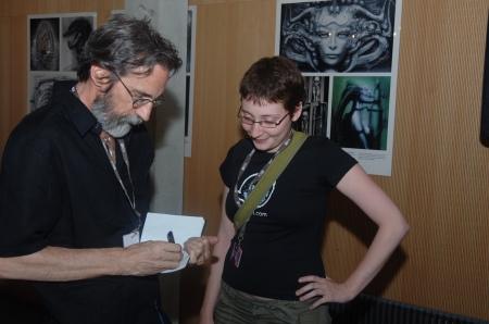 John Howe gibt Autogramme.