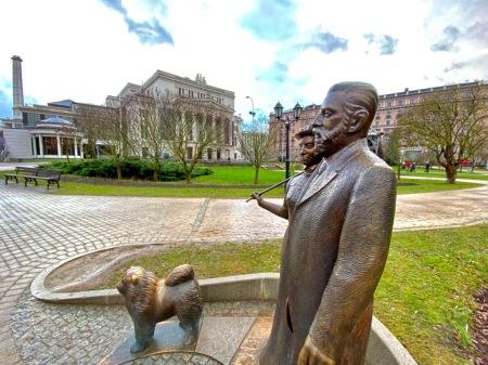 In der Oper in Riga wurde Rienzi aufgeführt (ohne Wagner) und die Personen mit Hund gehören auch nicht zu Wagner.