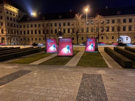 In München wird Werbung für die Ausstellung gemacht. Mops total