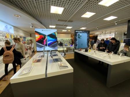 Technik, wie hier in einer Apple Abteilung in Riga, wird von Jüngeren gekauft.