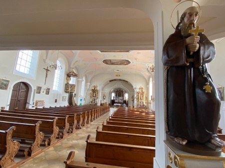 St. Vitus ist geöffnet und Gläubige kommen zum Beten und Singen.