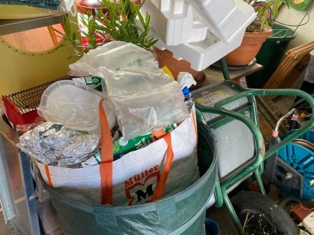 Eine von mehreren Tüten Wertstoffe warten auf Recycling.