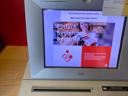 Die Automaten der Sparkasse werden täglich desinfiziert.
