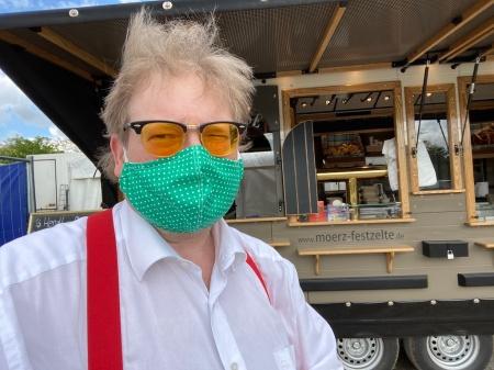 Ich muss dringend zum Friseur. Hier vor dem Küchenwagen von Mörz am Volksfestplatz FFB.